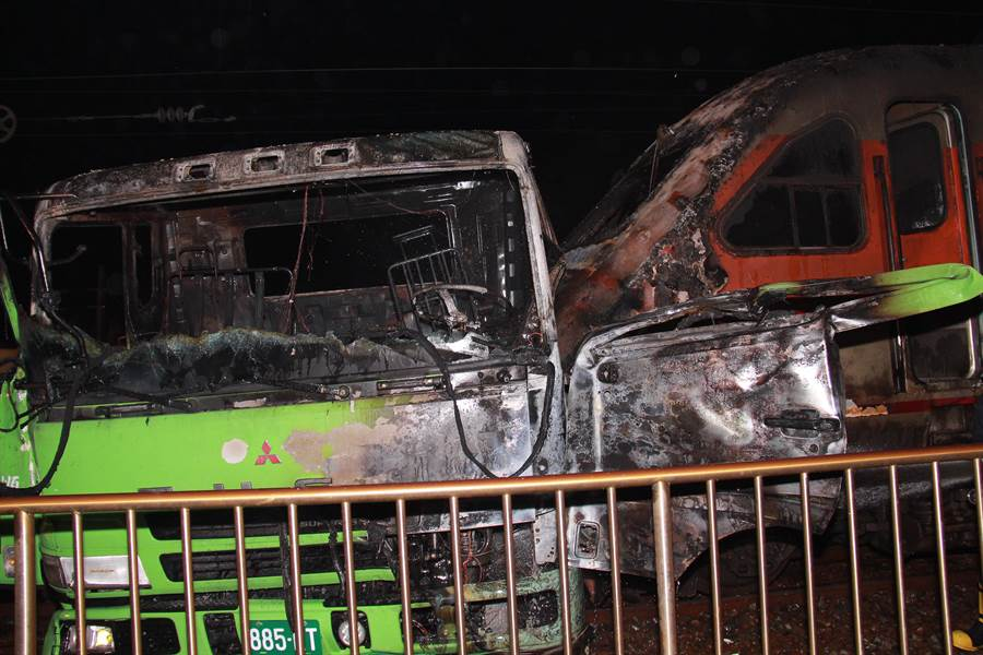 聯結車車頭和自強號列車機車頭起火燃燒後,嚴重毀損變形,聯結車頭幾乎成為廢鐵。(民眾提供/謝瓊雲彰化傳真)