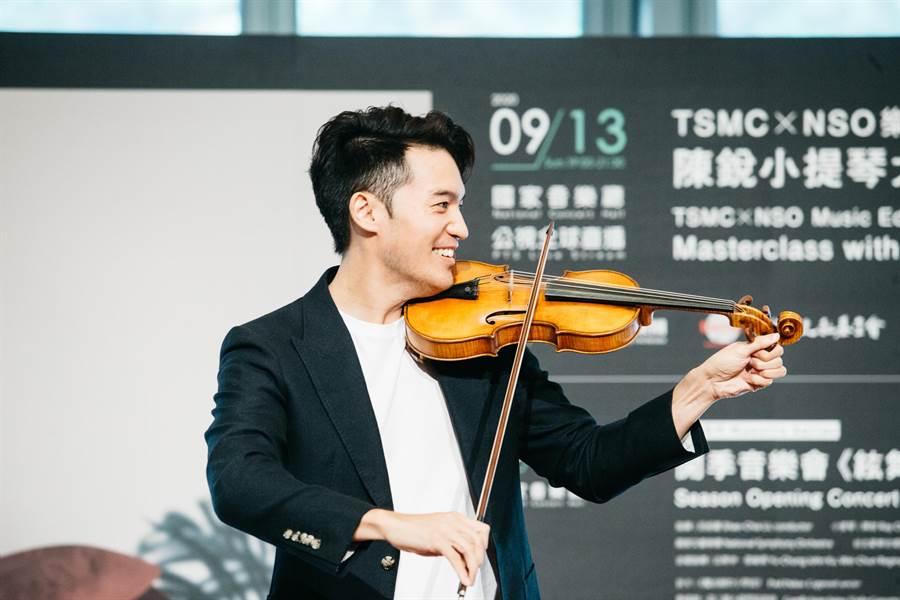 小提琴家陳銳表示,已有半年未能公開演奏 能再為觀眾拉琴,他很期待。(郭吉銓攝)