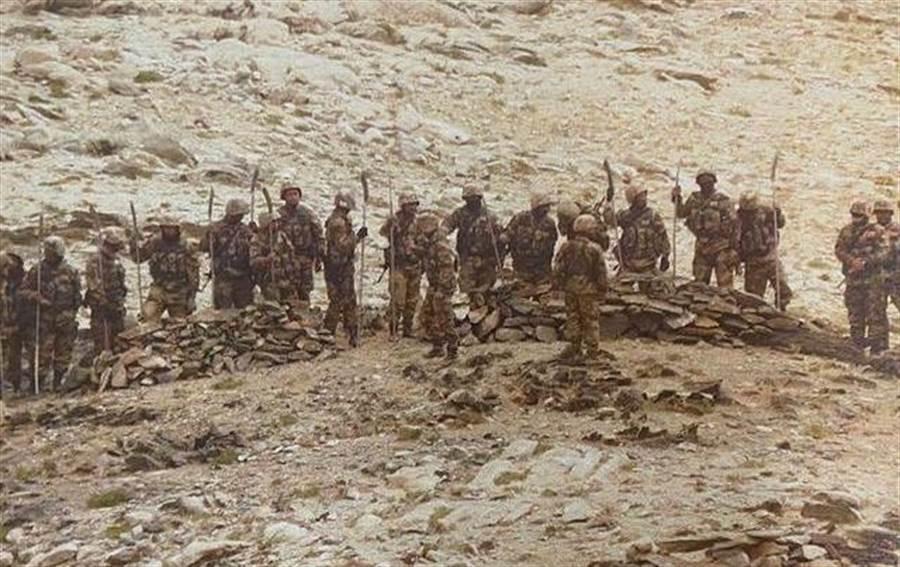 圖為9月7日約50名至60名解放軍攜帶槍支、棍棒、長矛和砍刀等武器,試圖接近實控線沿線的一個印度前沿陣地,印軍對解放軍鳴槍警告,解放軍亦不甘示弱鳴槍回應。(圖/推特@Vishnu Som)