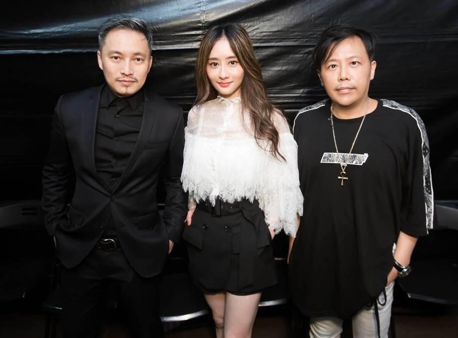 導演錢人豪(左起)、陳德容、導演姜寧在活動現場合影。(陳德容提供)