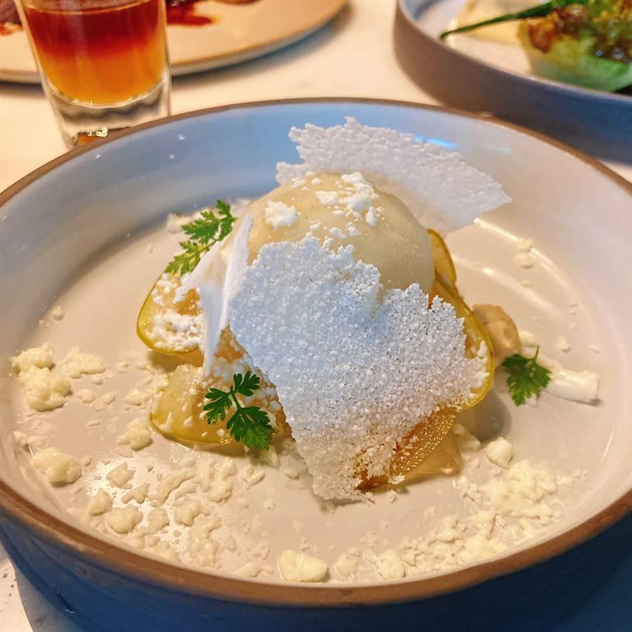 當季台東鳳梨釋迦製作成的清甜雪酪,藏在法國白乳酪以氮氣製成的純白碎冰下,湯匙繼續往下探索,酸甜的接骨木花糖漬蘋果像是寶石般,成為味覺點亮。最後點綴上愛玉和接骨木花,口感風味由外而內,疊藏了豐富層次變化,每一口都是視覺與味覺的享受。(圖/邱映慈攝影)