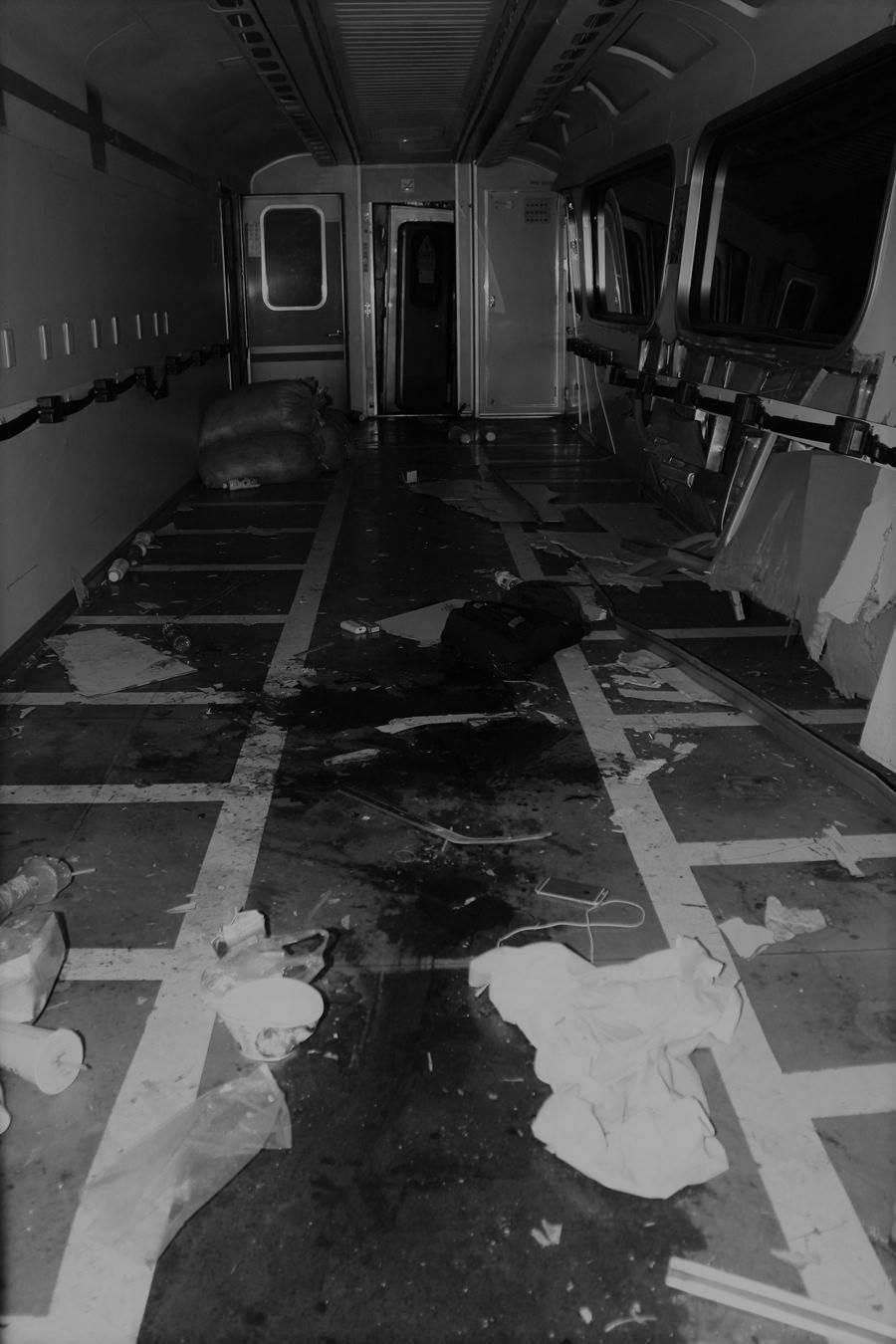 撞擊事件導致列車車廂血跡斑斑,共計內9人受傷送醫。照片經變色處理。(民眾提供/謝瓊雲彰化傳真)