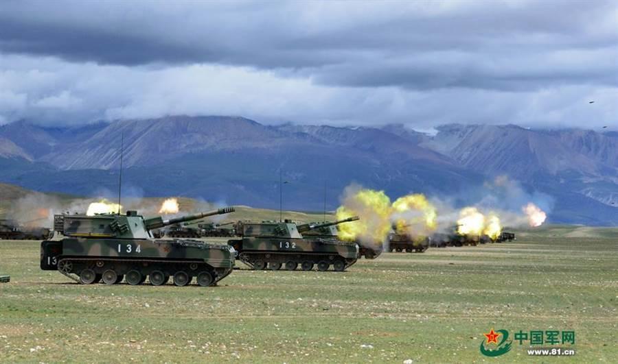 《環球時報》認為要以實力與意志力,給印度再一次沉重的失敗教訓,要印軍乖乖退回實控線,否則就速戰速決,或是入冬後比拚雙方的後勤實力。圖為解放軍在西藏軍事演習。(圖/中國軍網)
