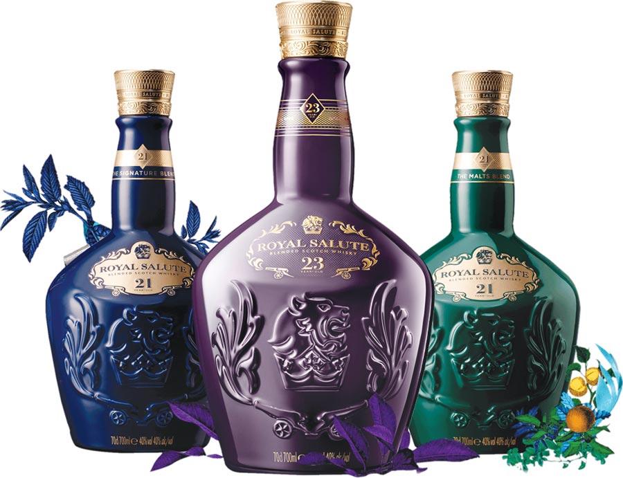 圖左至右分別為皇家禮炮經典款21年(藍瓶)、獨獻台灣的皇家禮炮23年威士忌(紫瓶)與皇家禮炮最新21年調和麥芽威士忌(綠瓶)。圖/業者提供