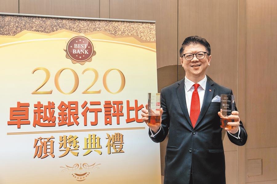 星展銀行(台灣)在《卓越雜誌》卓越銀行評比中,連續兩年贏得「最佳品牌形象獎」和「最佳永續經營獎」殊榮,星展銀行(台灣)總經理林鑫川代表領獎。圖/星展提供