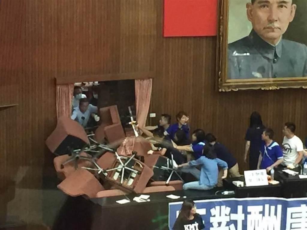 國民黨團兩度攻占立法院議場,杯葛監委人事同意權案,過程造成設施損壞。(本報社資料照片)