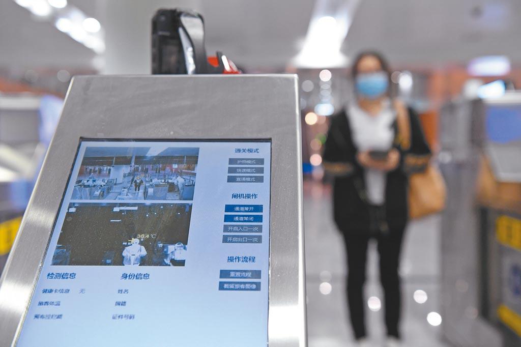 重慶江北國際機場對境外移入者進行體溫監測。(新華社資料照片)