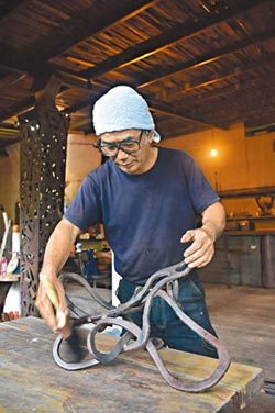 黑手變鋼鐵雕塑高手