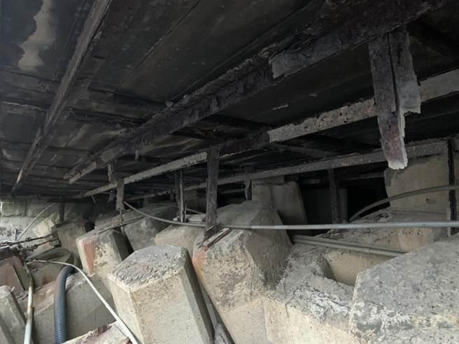 基隆外木山海興景觀平台底下的鐵架鏽蝕,長年遭海風腐蝕,民眾擔心倒閉。(陳彩玲攝)