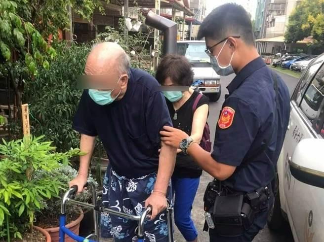 台中市一對高齡夫婦因行動緩慢卡在路中央,員警立即救援,幫助老夫婦順利通路馬路,還熱心送們安全返家。(民眾提供/盧金足台中傳真)