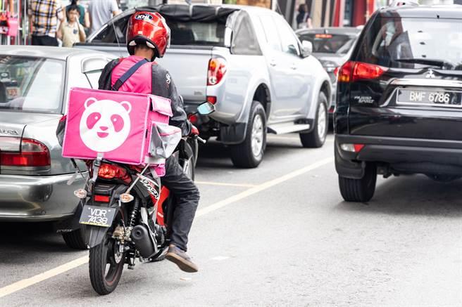 熊貓外送員在路邊坐著吃便當,沒想到吸引流浪貓靠近(示意圖/達志影像)