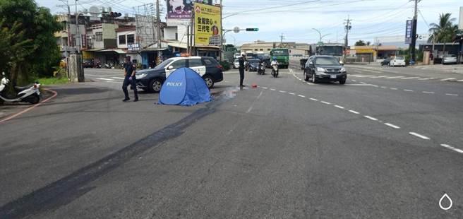 林女被同向直行曳引車撞倒後捲入車下遭右側輪輾壓,當場死亡,警方接獲報案趕到現場處理。(警方提供/林雅惠高雄傳真)