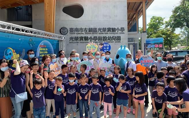 台南市左鎮區「光榮實驗小學」11日舉行揭牌儀式。(台南市教育局提供/劉秀芬台南傳真)