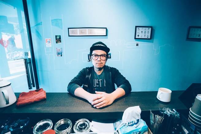 作家陳夏民是在地桃園人,透過自我視角觀察桃園南門市場的各個角落,用文字記錄了平凡卻充滿生命力的地方,再和新銳導演宋嘉玲合作完成紀錄片。(姜霏攝)