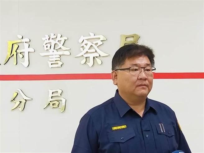 針對網友在「爆料公社」指控草屯警方偏袒護短行為,10日上午由草屯分局副局長李哲賢出面回應。(林心柔攝)