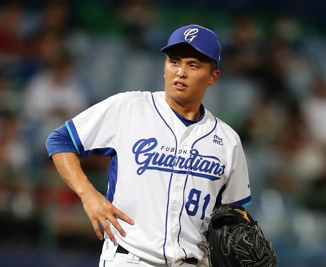 富邦悍將先發投手陳仕朋疑似腰傷,僅投1.2局提前退場。(季志翔攝)
