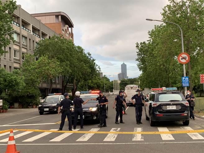 前鎮氣體外洩事件一傳出,警方就在現場封路。(柯宗緯攝)