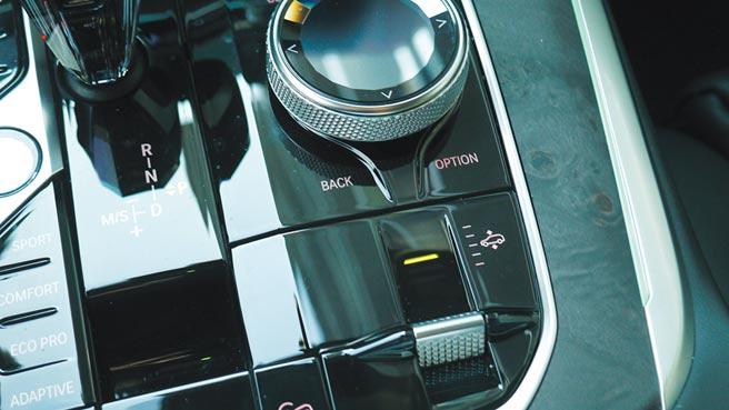 可調整懸吊高低的旋鈕設在中央鞍座,相當就手。攝影/于模珉