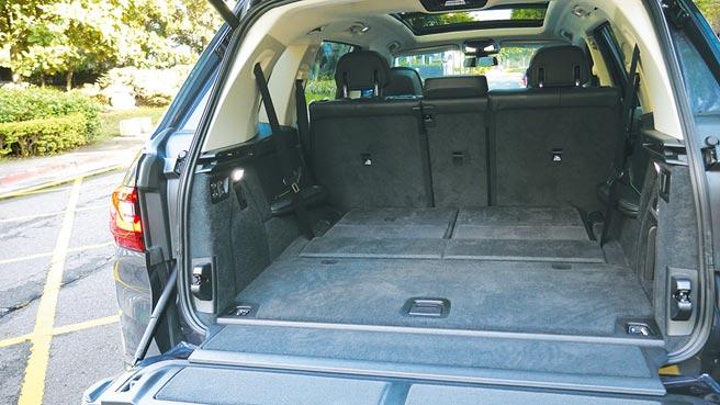 全新BMW X7寬敞又精緻的行李廂。攝影/于模珉