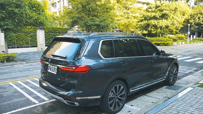 全新X7新車標配銀色下護板、緞面鋁質窗框、鋁質車頂架等Design Pure Excellence風格套件,更顯與眾不同。攝影/于模珉