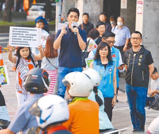 台北市議員羅智強(右)恢復街頭演講,昨國民黨立委蔣萬安(左二)到場,強調人民作主,力推「捍衛台灣豬、萊豬不要來」食安公投連署。(季志翔攝)