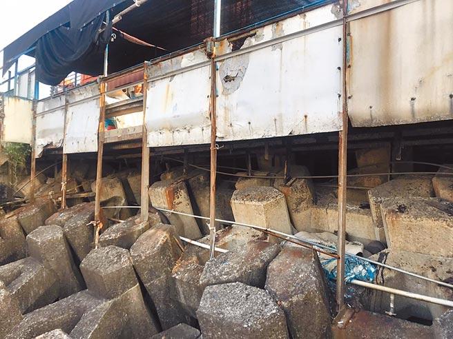 基隆中山區外木山海興景觀平台由鐵架支撐,但遭海風腐蝕出現鏽蝕,導致有坍塌危機。(陳彩玲攝)