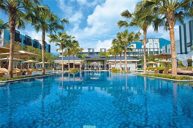 花蓮「秧悅美地度假酒店」游泳池,擁有機香草水療池。(東南旅遊提供)