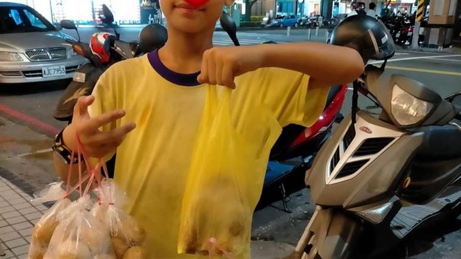 這名男童稱自己是單親家庭,與家人分別於不同的地點販賣茶葉蛋及地瓜,但卻遭網友踢爆,背後不單純。(圖/翻攝自爆廢公社公開版)