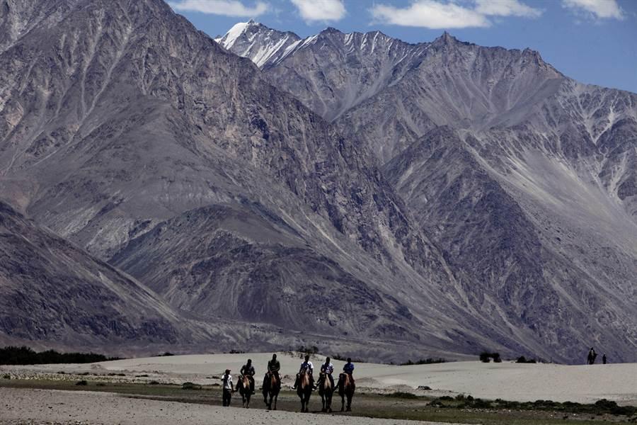 中印外長在莫斯科舉行雙邊會談後,達成不讓兩國分歧上升等五項共識。圖為此次中印邊境衝突的拉達克(Ladakh)努布拉村。(美聯社資料照)