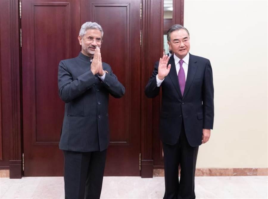 中印邊境緊張局勢,陸外交部長王毅與印度外長蘇杰生(左)日前於莫斯科舉行雙邊會談。(新華社)