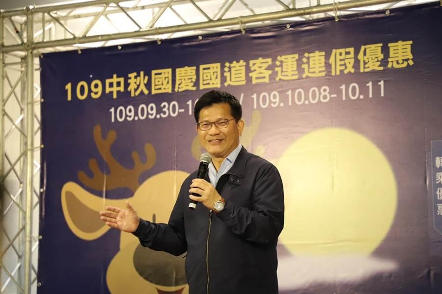 交通部長林佳龍鼓勵民眾利用大眾運輸遊宜花地區。(公路總局提供/陳祐誠傳真)