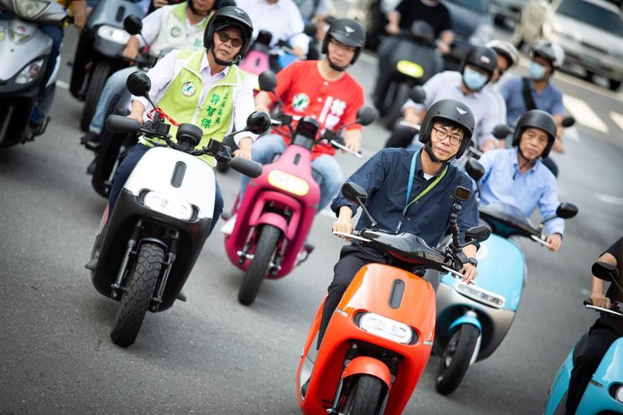 陳其邁(橘車者)率領工務團隊,騎車驗收鳳山區澄清路段的道路刨鋪品質。(袁庭堯攝)