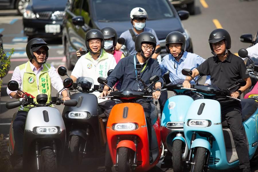 陳其邁(橘車者)認為,道路品質不只要好,施工作業也要落實、速度更要快,更要降低對交通的衝擊。(袁庭堯攝)
