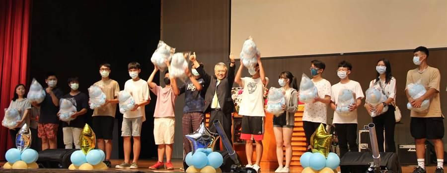 義守大學校長陳振遠(中)頒發團體榮譽獎,代表領獎同學開心高舉獎品大義寶寶娃娃。(林雅惠攝)
