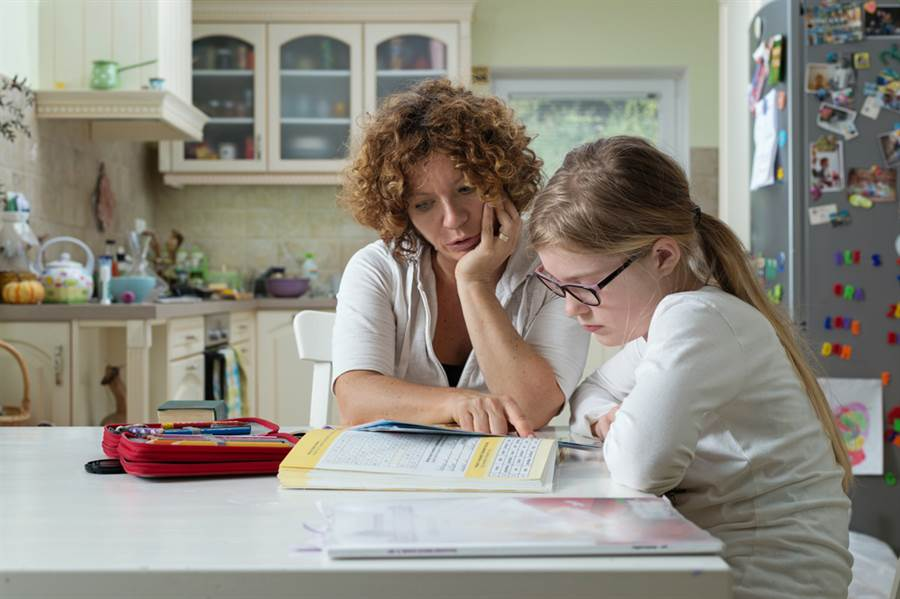 一名媽媽貼出小學三年級女兒的作文,只見女兒形容她「長相可怕」,讓不少網友笑翻,直說女兒有前途。(圖取自達志影像/示意圖非當事人)