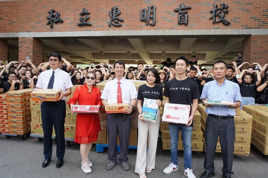 康林國際集團捐贈白米、麵條及罐頭等民生用品給惠明盲校。(王文吉攝)