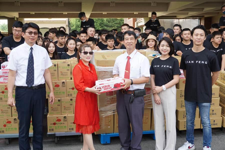 康林國際集團董事長楊月秀(左二)代表捐贈民生物資,惠明盲校校長陳志福(右三)受贈。(王文吉攝)