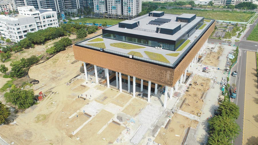 台南市立圖書館新總館外觀已接近完工,12月初將開幕。(台南市文化局提供/曹婷婷台南傳真)