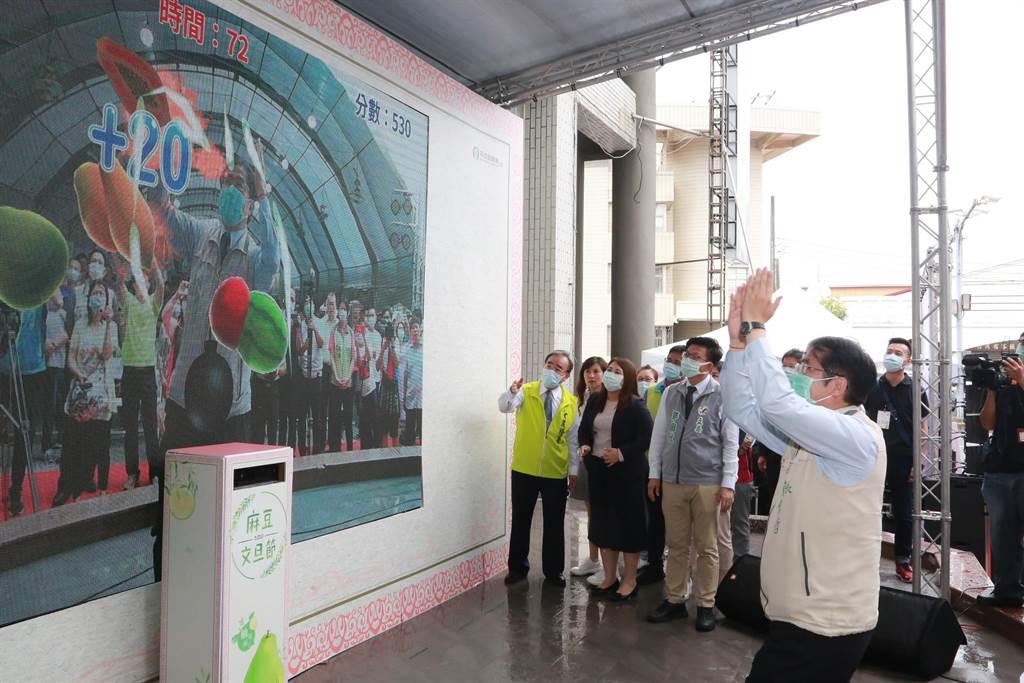 台南市麻豆農會12日起一連2天舉辦文旦節產業活動,行銷在地文旦,結合科技,推出「AR 實境互動遊戲」,透過小遊戲更加了解農業,也能跟機器比賽剝柚子。(莊曜聰攝)