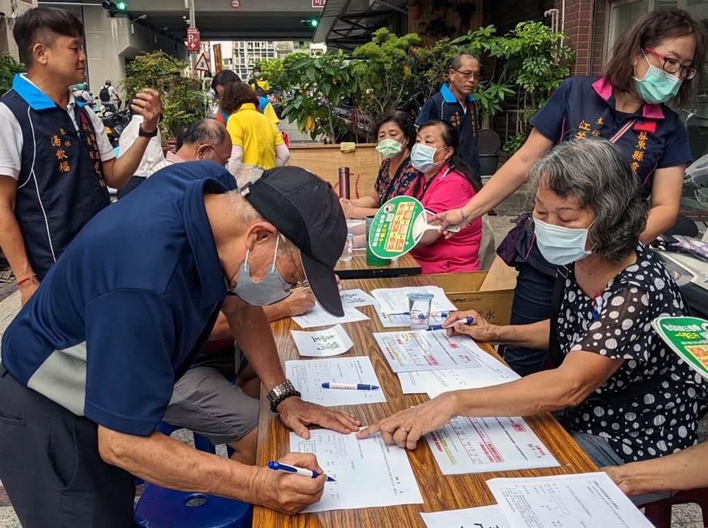 國民黨屏東縣黨部12日在縣內發起「力挺台灣豬、捍衛全民健康」全民公投連署,2個小時就有近千人連署。(潘建志攝)