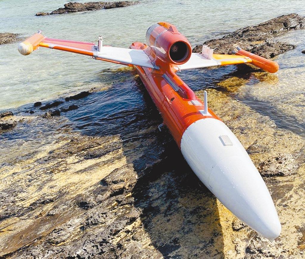 沖繩石垣島西南方的竹富島,當地民眾發現無人靶機擱淺岸邊,機體有中文「左」跟「右」,後證實屬中科院所有。(摘自推特)