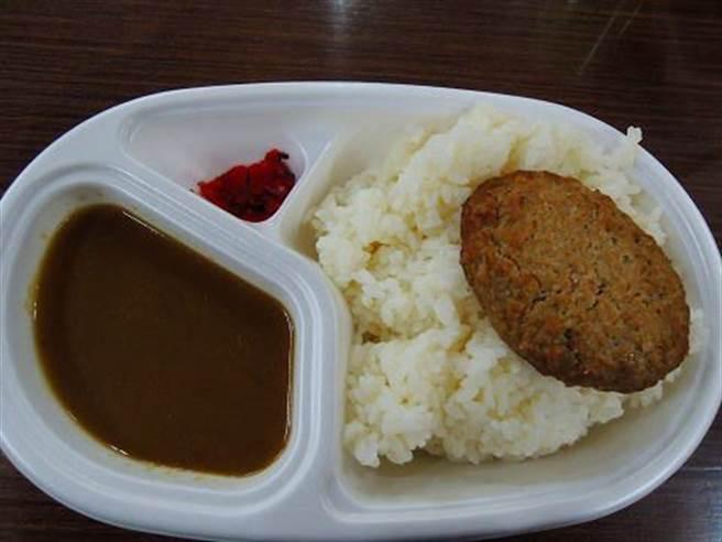 網友貼出富士山晚餐的咖哩飯,鄉民直呼玉山的強多了 (圖/PTT)