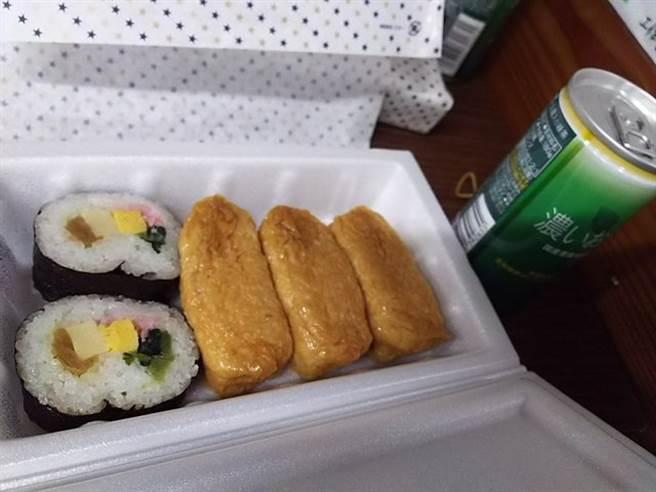 富士山早餐為壽司組合加上罐裝濃茶,對上排雲山莊刈包搭配熱粥,網友意見則持平 (圖/PTT)
