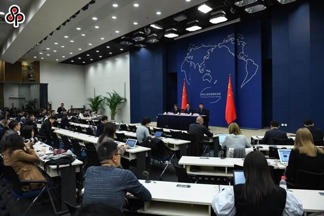 中共黨媒《人民日報》刊文指搞唯我獨尊強權霸凌那一套沒有出路。圖為中國外交部舉行中外記者會場景。(中新社)