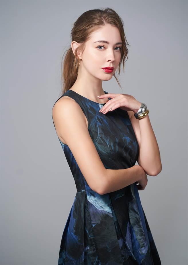 女星安妮換上MAX&CO.藍色洋裝,配戴GEORG JENSEN CURVE系列18K金純銀雙色手環、MERCY系列18K金耳環。(JOJ PHOTO攝)