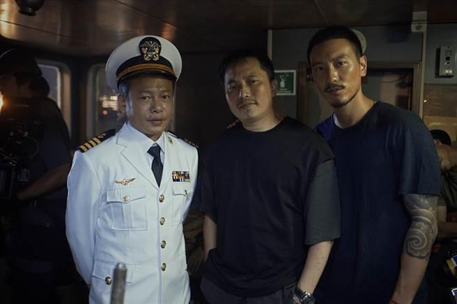 李康生(左起)、錢人豪、王陽明在《海霧》拍攝現場合影。(錢人豪提供)