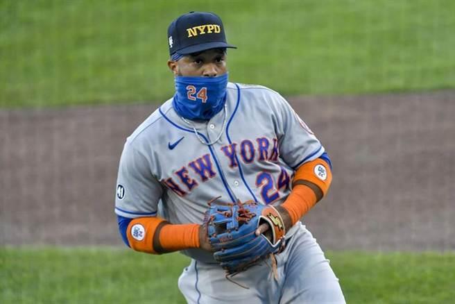 大都會二壘手坎諾戴著紐約警察的帽子悼念911事件。(美聯社)