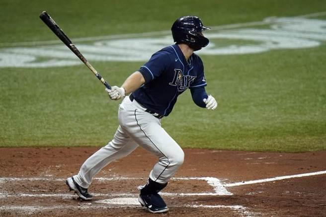 光芒左打梅斗斯(Austin Meadows)對紅襪敲出二壘打,光芒12日的比賽排出MLB首見的全左打陣容。(美聯社)