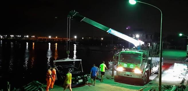 海巡人員公主抱救出男子並將車子拖至廣場暫放,過程有驚無險。(翻攝照片/張亦惠嘉縣傳真)