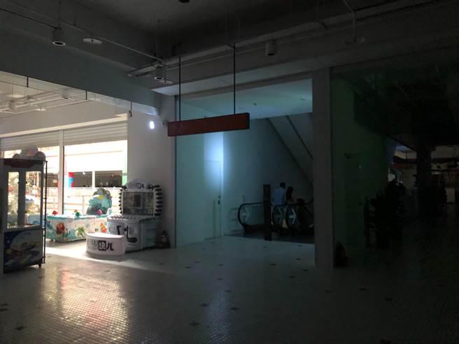 吉安鄉台開新天堂樂園停電約3分鐘,當時縣府正好舉辦未來教育科技論壇,縣長徐榛蔚也在現場,可見一片漆黑。(民眾提供/王志偉花蓮傳真)